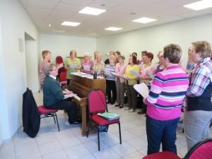 Die Damen des Chores zusammen mit Chorleiter Damian Siegmund bei der Probe.